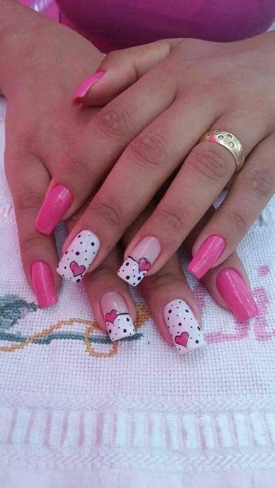 Hermosas uñas color rosa con corazones
