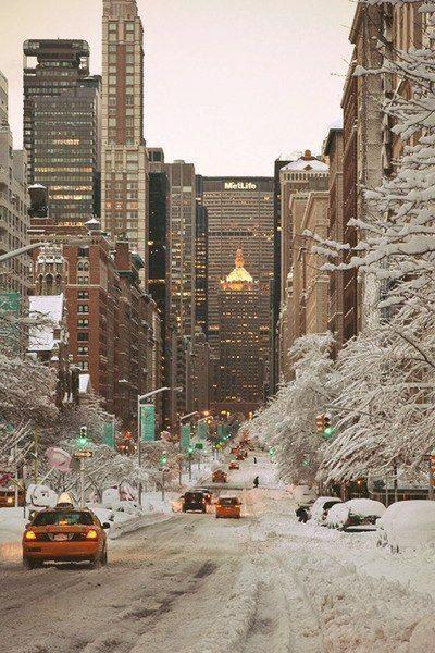 Чудесные фотографии зимнего города, а вот ник фотографа мне совсем не нравится :(