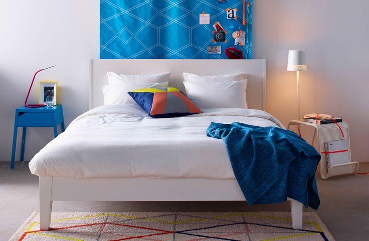 Schlafzimmer mit IKEA Textilien und Bettwäsche in kräftigen Farben wie z. B. IKEA PS 2014 Wachstuch in Türkis/Weiß als Wandbehang