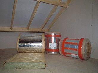 Isoleer zelf je hellend dak met Hubo en bespaar zo eenvoudig energie. Een zadeldak isoleren kan je makkelijk zelf.