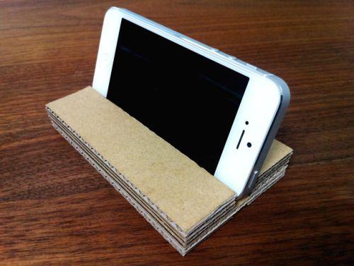 本日のDIY。iPhoneスタンド。ダンボール製。 Amazonの荷物の底に、商品と一緒にシュリンクされた 板状のダンボールが入ってるのだけど、これがなかなか 状態がいいので、時々コレでなにか作っています。 このiPhoneスタンドは試行錯誤の末の三代目。 重宝しております。