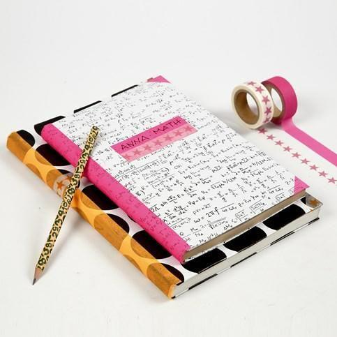 Gavepapir som omslag på skolebog, med maskingtape detaljer