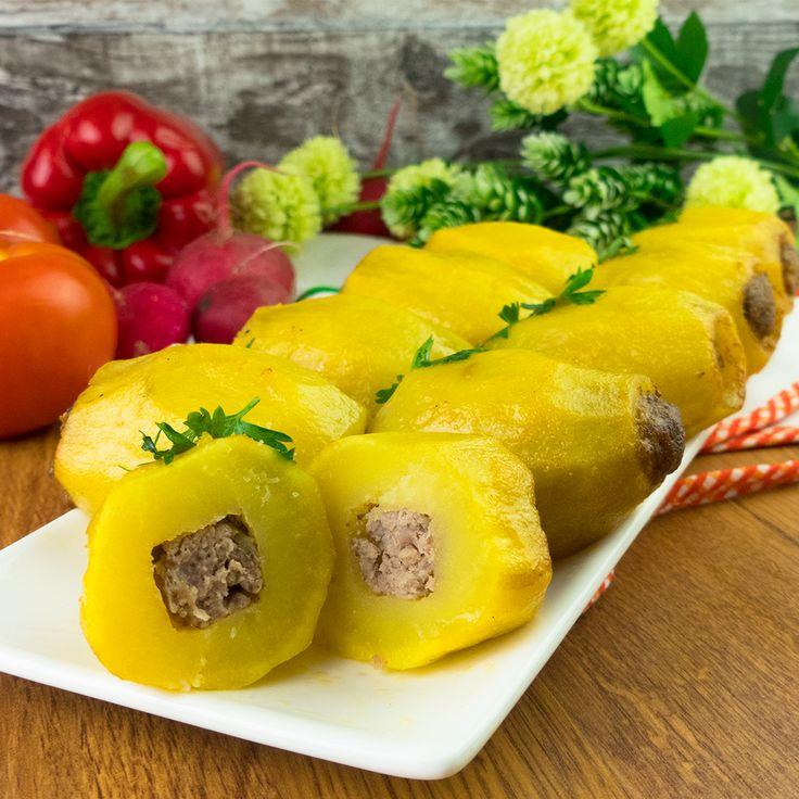Vă prezentăm o rețetă de cartofi umpluți cu carne tocată în sos de smântână, care se prepară foarte simplu și din ingrediente accesibile. Savurați această mâncare caldă la o cină obișnuită în familie sau pe