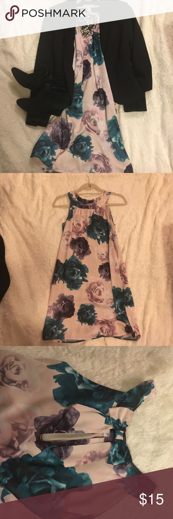 Floral Silky Dress Gorgeous silky H&M dress with super cute keyhole and bow in the back neck area. Perfect for weddings, events, even the office! Size 2. H&M Dresses Strapless