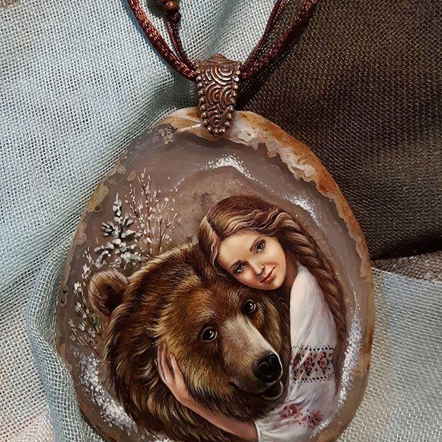 """Кулон """"Маша и медведь"""". В процессе работы над кулоном было испрошено ( и получено ) разрешение  #olga.barantseva использовать ее  потрясающие фотографии с медведем Степаном. #машаимедведь #медведь #медведьстепан #медведик #русскаядевушка #русскаясказка #bear #bearandgirl"""