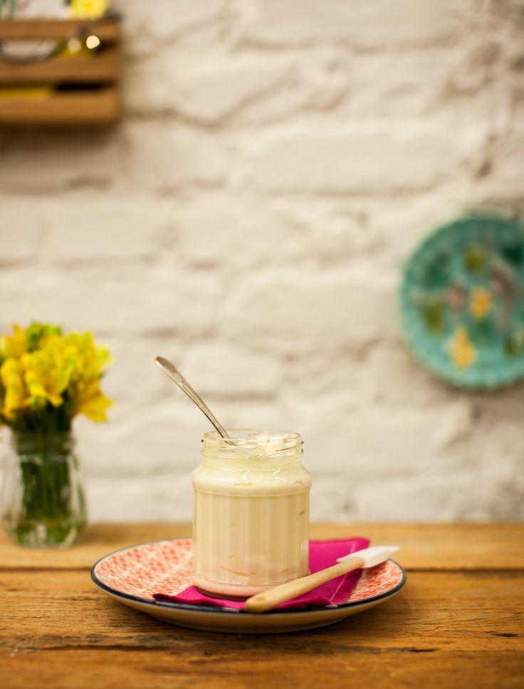 Cobertura de cream cheese para bolos | #ReceitaPanelinha: Unidos pela batedeira, manteiga, açúcar de confeiteiro e baunilha fazem um excelente trabalho de equipe! O resultado é uma cobertura tão boa, mas tão boa, que dá vontade de comer de colherada.