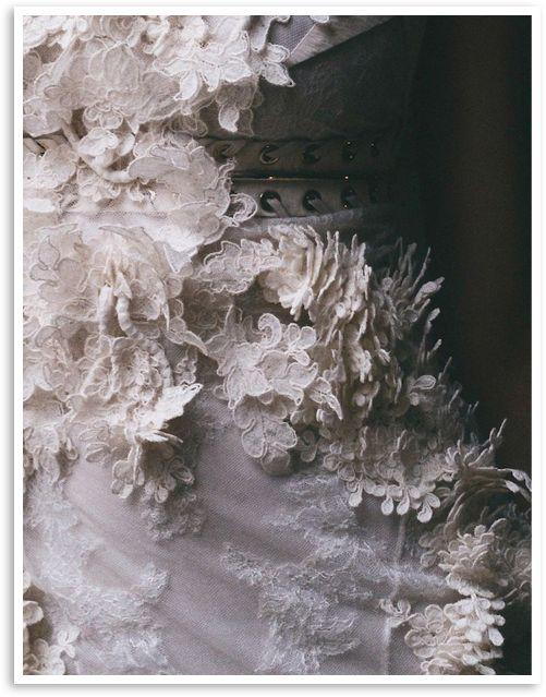 Amamos esse tipo de trabalho! Os desenhos da renda meticulosamente recortados, formam volumes e sombras fantásticos! Já estamos imaginando um cinto de noiva assim ... #cinto #renda #lace #noiva #vestidodenoiva { post by www.mariarossetti.com.br }
