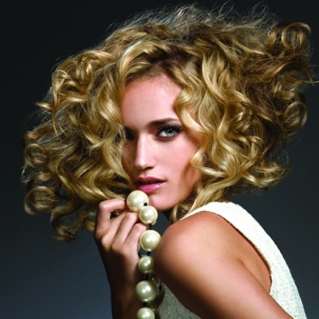 lo maravilloso del cabello rizado es que nunca deja de estar de moda en cualquiera de sus formas sobre todo aquellas con grandes volmenes en forma de ondas - Recogidos Informales Pelo Rizado
