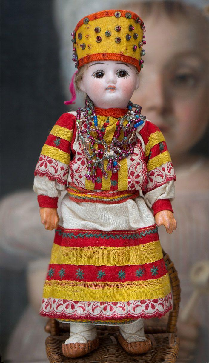 Редкая куколка русском в оригинальном костюме, из Бартрамовских мастерских - на сайте антикварных кукол.