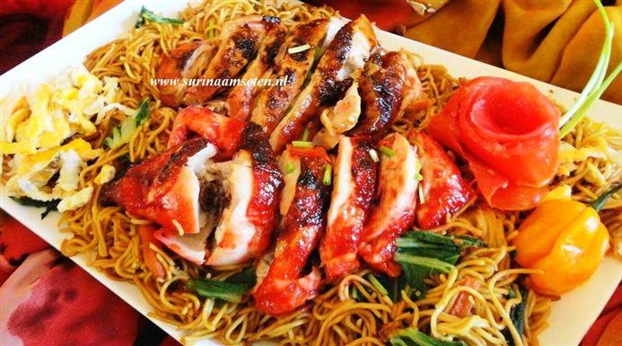 Surinaams eten – Surinaamse Tjauw Min met roast red pork en roasted chicken speciaal