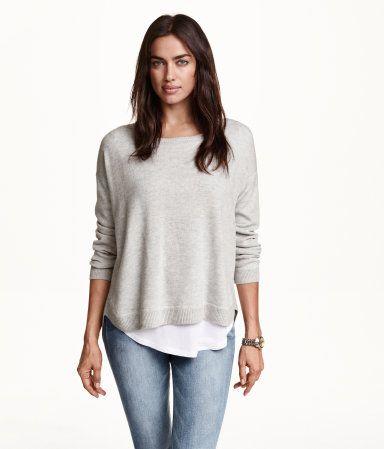 부드러운 파인니트 스웨터. 드롭 숄더, 긴소매 디자인. 목 뒷면에 눈에 띄는 지퍼가 있으며, 뒷면이 좀 더 길게 마감됨. 옆면 하단 트임.