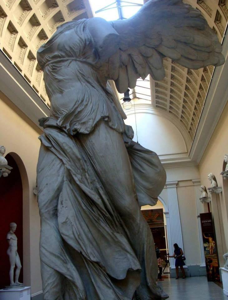 """""""Vitória"""" - de Samotrácia.  A escultura representa a deusa grega Nice (em grego Νίκη, Níkē ou Niké – """"Vitória"""") = uma deusa grega que personificava a vitória, representada por uma mulher alada."""