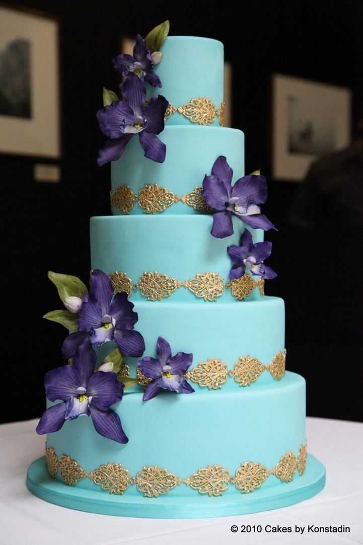 Every details nested in these gorgeous wedding cake designs from Cakes by Konstadin couldn't be more effortlessly elegant and timeless.