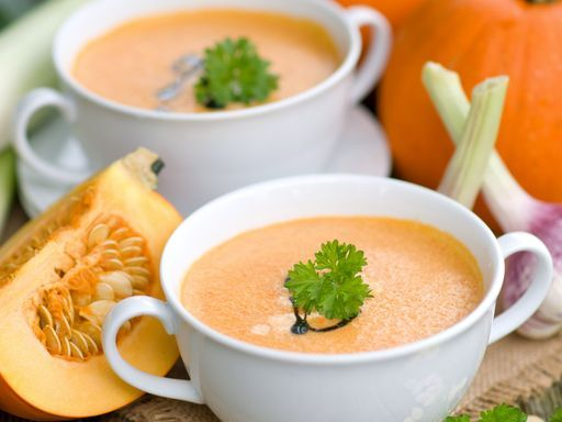 Soupe potiron & pommes de terre avec : Une bière noire Stout peu amère aux arômes grillés et maltés (ex : Robust Porter) ou une bière ambrée spéciale peu amère aux arômes aromates et maltés (ex : Castanéa)