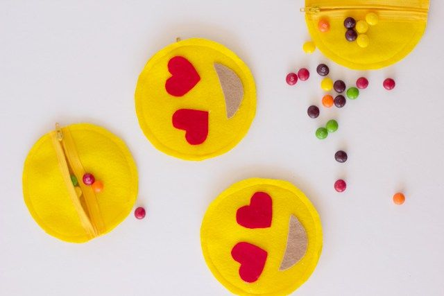Emoji Zipper Pouches | 50 Really Cool and Easy DIY Crafts For Teens | Crafts For Teens | DIY Projects for teens |DIY Crafts