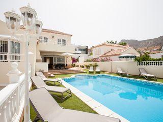 Stunninng 4 Bed, Bath 3 villa met uitzicht op zee en een verwarmd zwembad