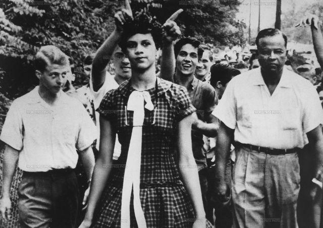 1957年 「Racial segregation in the United States (アメリカの人種差別)」 黒人初の学生の一人となったドロシー・カウンツ(Dorothy Counts)のハリー·ハーディング高校での写真。