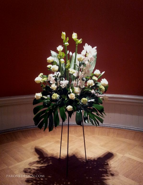Valkovihreä kukka-asetelma telineessä sopii vihkipaikalle ja juhlapaikkaan kukkakoristeeksi. www.paronedesign.com #whitedecoration #wedding #paronedesign