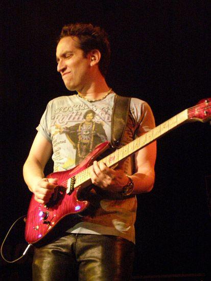 Neil Zaza Source: Kytaristé - NEIL ZAZA www.rockovaskola.cz413 × 550Search by image Neil Zaza je králem neo-klasické kytary v melodických instrumentálkách. Je dobře známý díky své technické dokonalosti a adaptacím děl Bacha a Mozarta.
