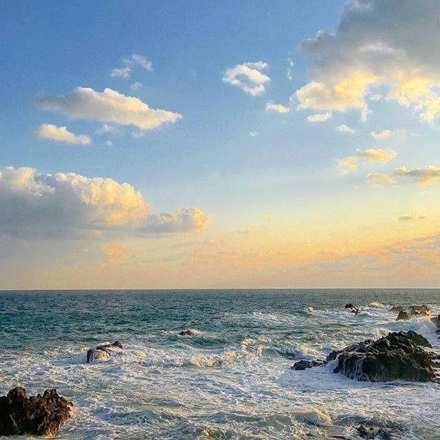 #快晴 #快晴☀ #海 # #波 #japan_focus #loves_japan  #loves_nippon #wp_japan  #日本海 #部屋からの景色 #141 #能登半島 #能登半島最先端  #写真好きな人と繋がりたい  #旅行好きな人と繋がりたい  #海が好きな人と繋がりたい‼️ #空 #sky  12月がスタートしましたね急に寒くなったり、、早っ〜〜 まだ続きます(笑)  ランプの宿は電気が通ってない頃にランプの灯りだけを頼りに、その名を残し灯火は炎から電気のランプに。夕暮れにはランプの灯りで一層、幻想的な世界へと✨客室は13部屋。テレビは今だにありませんよ拘りと言うより折角、幻想的な世界へ来たのだからゆっくりと贅沢な時間を過ごし往時の面影を感じながら… また12月から3月頃には「波の花」の超常現象が現れます。ひと冬に15回程度だとか。残念ながら見ることは出来ませんでした。シベリアからの強風に煽られ一斉に舞い上がりライトアップの光に照らされ幽玄の波とも言えるでしょう✨ この日の朝は、めちゃ良いお天気、、、来た甲斐がありました
