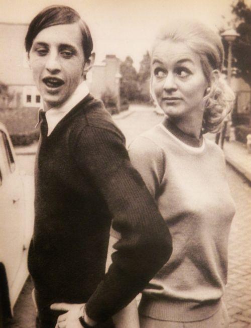 Johan Cruyff y su esposa.