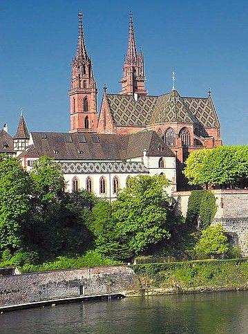 Bâle : une ville aux multiples facettes : Capitale culturelle de la Suisse et métropole dynamique au carrefour de trois pays, #Bâle a beaucoup à offrir. Dans cette ville d'affaires au bord du Rhin, la culture est partout, en particulier dans sa vieille ville et dans la quarantaine de musées qu'elle abrite. #Suisse