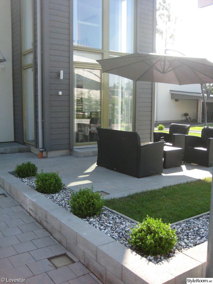 huset,utsida,fasad,trädgård,utemöbler,rottingmöbler,parasoll,gräs,buxbom,mur,grått