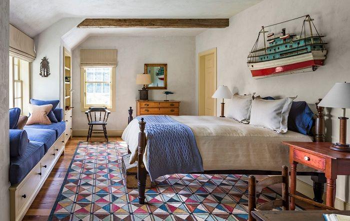 Уютная обстановка спальни располагает к отдыху и приятному времяпровождению.