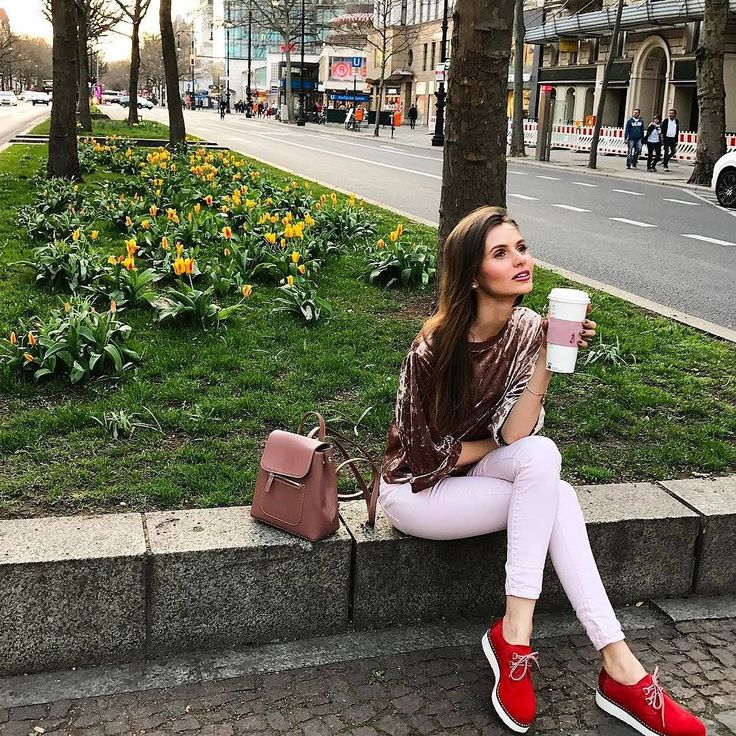 """Meridio (@meridioband) su Instagram: Delicious coffee break with @themakeupillusion ☕ • Repost •••Celebrating spring today with #meridioband #cupholder #delicious""""  Discover our collection www.meridioband.com   #leather #madeinitaly #javajacket #coffeebreak #coffee"""
