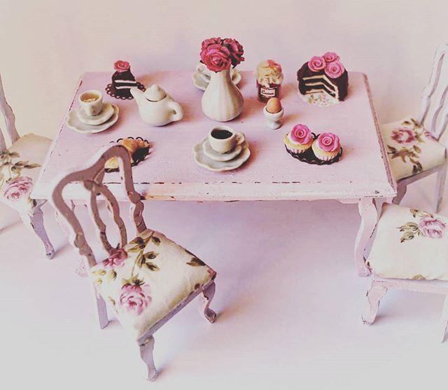 #miniature #dollhouse #breakfast #table #shabbychic #lilac #vintage #cake #bakery #tea #teatime #coffee #coffeetime #cupcakes #handmadegenovese #handmade #manthacrea #fattoamano #fattoamanoconamore #polymerclay #fimo #tavolo #miniatura