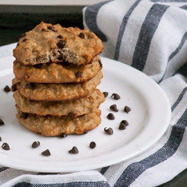 ¿Con antojo de galletas? Te traemos esta receta totalmente saludable y llenas de proteínas para adelgazar! Ingredientes: 1 cucharada de mantequilla de almendras 1/2 taza de avena 1 cucharada de proteína en polvo (whey protein, en venta en naturistas y tiendas dieteticas) 1 clara de huevo 2 sobr…