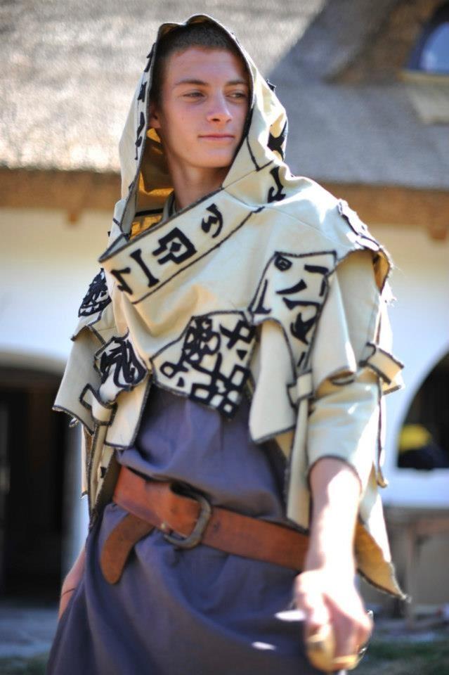Met een basiskostuum en éen extra kledingstuk heeft deze jongen een overtuigend magiër/priester kostuum gemaakt.