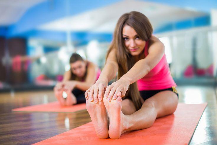 Cómo practicar el método Pilates en casa, con ejercicios explicados paso a paso e imágenes que lo ilustran. Beneficios del Pilates para la salud. #alimentatubienestar