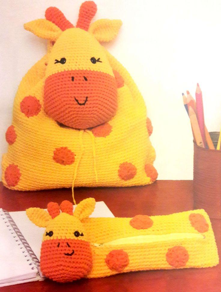 En el post anterior vimos como podemos hace una cartuchera con forma de jirafa . Ahora les traigo el complemento ideal que es una mochila co...