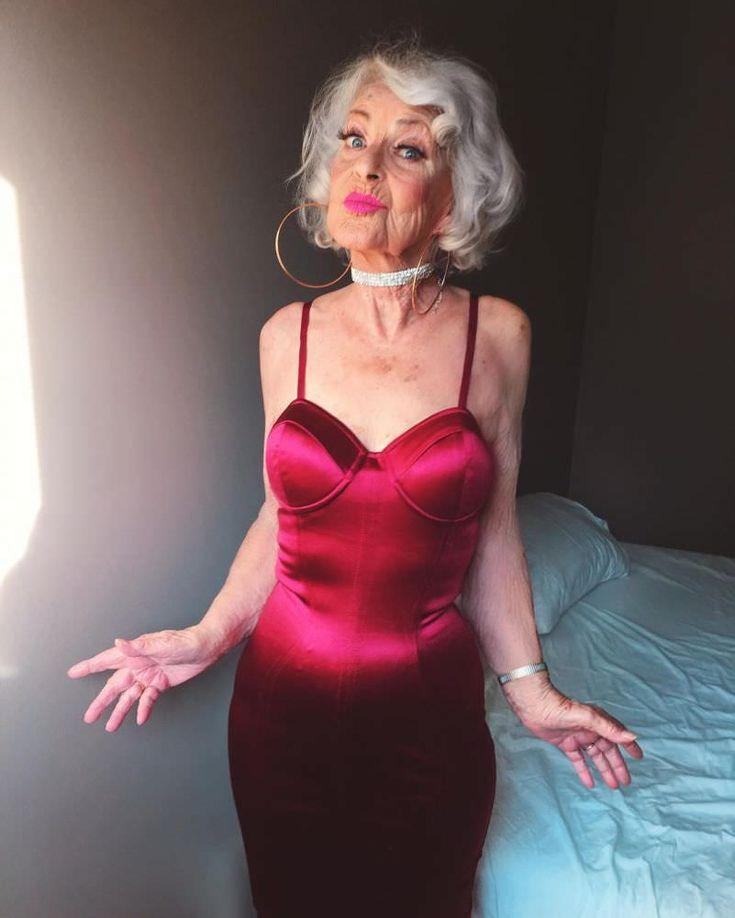 """Baddie Winkle tem mais de 3 milhões de seguidores no Instagram e, assim como toda 'It Girl' de respeito, publica foto de looks, viagens e baladas. Acontece que faz muuuuito tempo que ela já não é, necessariamente, uma garota. Conhecida como """"Glam Ma""""(um trocadilho da palavra 'vovó' com a palavra 'glamourosa'), ela já chegou aos 89 anos. Bem-humorada, as fotos de Baddie sempre acompanham legendas engraçadas, como: """"estou de olho nos gatinhos"""", """"vou roubar seu homem"""" e """"quando você tiver quase…"""