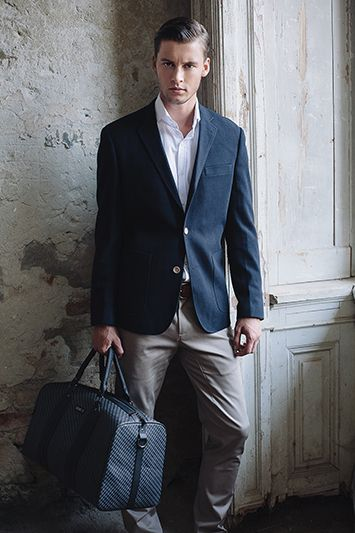 Jacket: HOMER - navy I Shirt: ALTREN - white I Trousers: SUMMER SLUB - beige I Bag: MAX - grey
