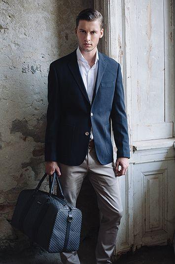 Jacket: HOMER - navy I Shirt: ALTREN - white I Trousers: SUMMER SLUB - beige I Bag: MAX - grey