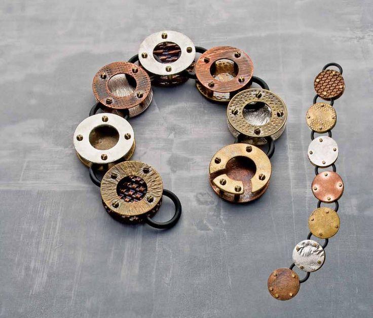 Gioielli Donna Steampunk  Gli elementi tipici dei gioielli steampunk sono motori a vapore e dispositivi meccanici. Tutti gli accessori devono presentare elementi tipici come rotelle, tubi di rame, leve, e altri. I designer usano tutti questi elementi per creare bracciali, anelli e collane unici nel loro genere. Il fatto che tutte le parti del gioiello debbano essere antiche gli donano un non so che di poetico, oltre che renderlo molto alla moda.