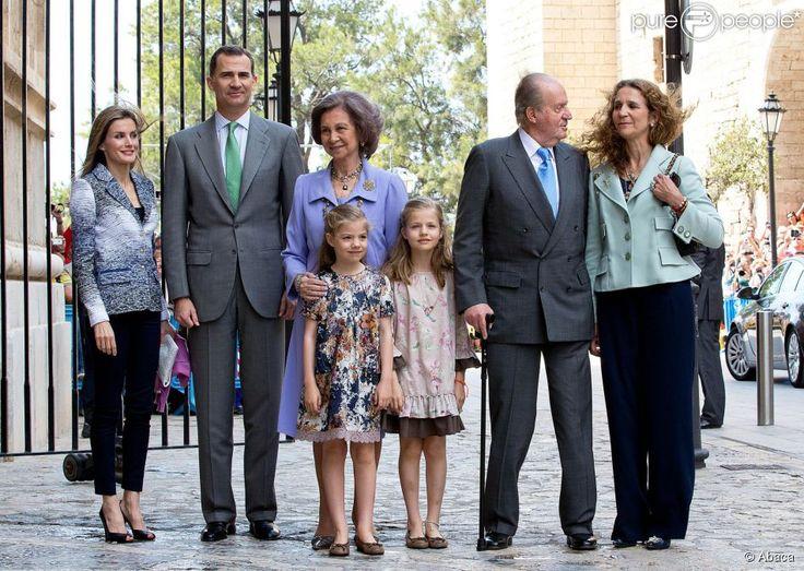 La princesse Letizia d'Espagne, Felipe d'Espagne, la reine Sofia, les deux princesses Sofia et Leonor, le roi Juan Carlos et l'infante Elena lors de la messe de Pâques à Palma de Majorque le 20 avril 2014.