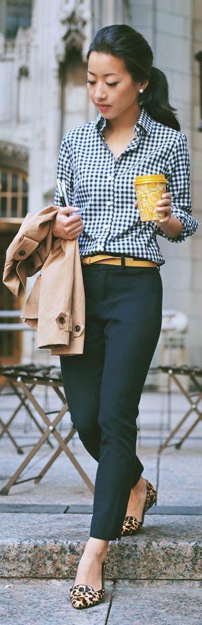 Mix de estampas no ambiente de trabalho! A camisa xadrez e o flat em animal print são equilibrados com a calça de alfaiataria.