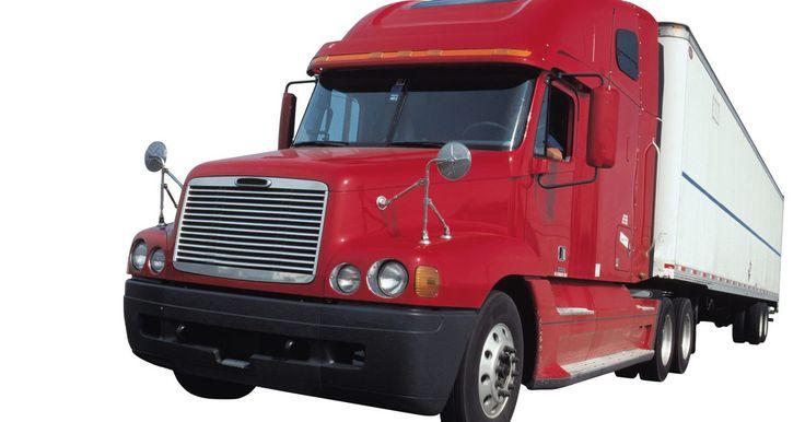 Cómo retroceder un remolque tractor . Los conductores de remolques pasan la mayor parte de su tiempo moviendo el vehículo al frente y retroceden sólo cuando es necesario. Los conductores experimentados te dirán que nunca retrocedas cuando puedes ir al frente. Cada vez que mueves un camión grande en reversa, aumentan las posibilidades de un accidente. Pero retroceder un tractor con ...