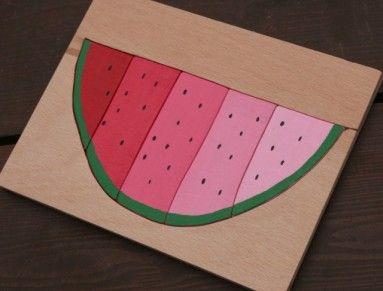 Klasické montessori odstínové destičky modifikované do podoby melounu-vkládacích puzzlí. Vyřezáno z překližky, namalováno akrylovými barvami, přelakováno. Velikost desky 20x15cm. Doporučeno od tří let.