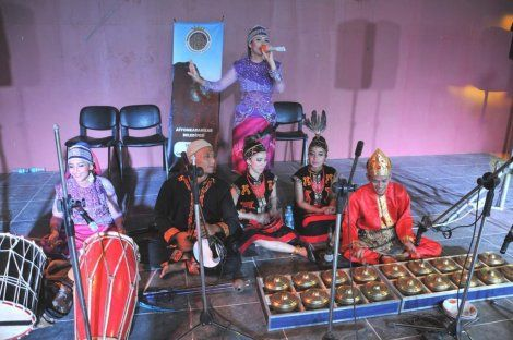 music on stage. singing indonesian song while dancer prepare to dance