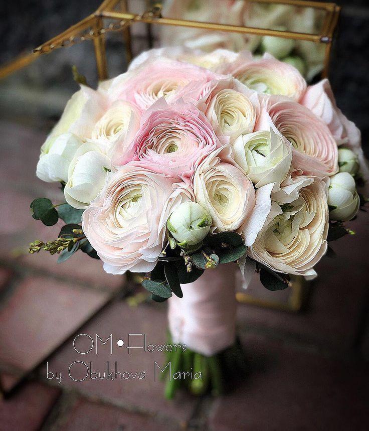 Свадебные букеты из розовых роз и белых ранункулюсов, роз доставкой спб