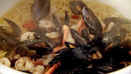 Linguini med reker og blåskjell - Ferdig kokte reker, blåskjell og blekksprut skal blandes med pasta. - Foto: Fra TV-serien «To grådige italienere» (Two Greedy Italians) /