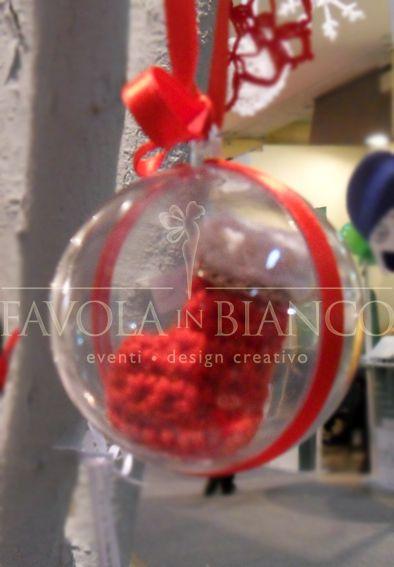 Christmas gifts - pallina di plexi con scarponcino all'uncinetto da appendere fatto a mano