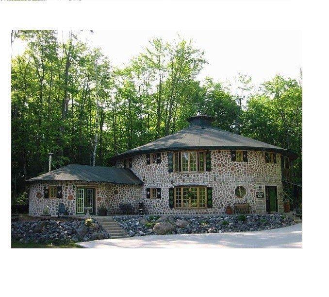 Количество глины составляет примерно 20% от объема дров. Она является основой раствора, который превращает простую поленницу в прочную стену дровяного дома.