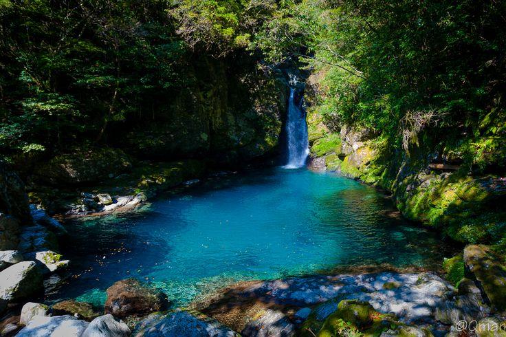 青の絶景といえば、Macの壁画に採用された北海道の青い池や、イタリア・カプリ島にある青の洞窟などが有名。しかし、日本にはカメラマンさんを虜にする美しい青の絶景がまだあったんです!カメラマンに大好評!日本一美しい川「仁淀川」  mari aramakiさん(@aramashimaki)が投稿した写真 - 2016  3月 2 5:44午前 PST...