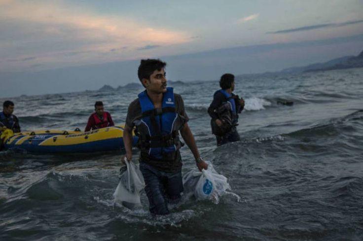 Uma crise sem precedentes. Refugiados paquistaneses chegam na Ilha de Kos,  Grécia, depois de deixarem a Turquia. Apenas em 2015, 30 mil pessoas desembarcaram no país.  Fotografia: Dan Kitwood / Getty Images.  http://exame.abril.com.br/mundo/17-fotos-emocionantes-de-refugiados-chegando-a-europa/?ocid=sp