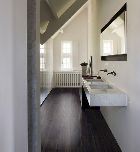 17 beste idee n over donkere laminaat vloeren op pinterest laminaatvloer grijze muren en - Badkamer imitatie parketvloer ...